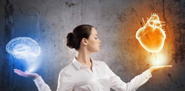 Kvinde står med hjerte og hjerne for at udvikle intuition