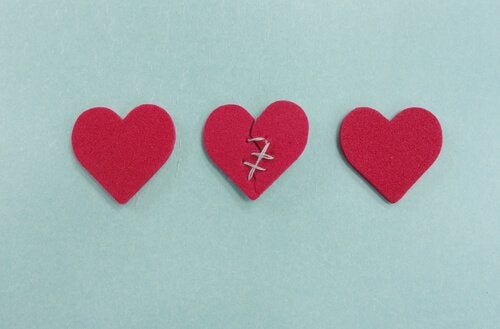 Knust hjerte bag to hele hjerter
