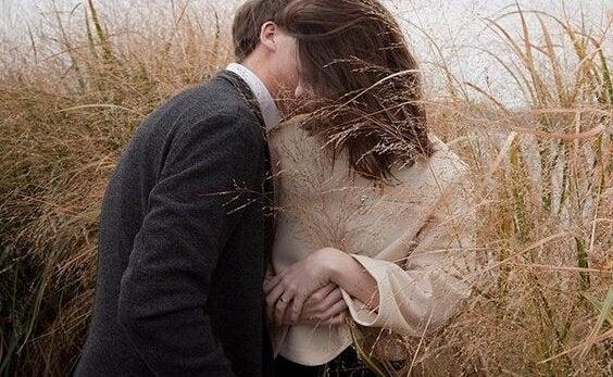 Par hvisker og anvender kys som kærlighedssprog