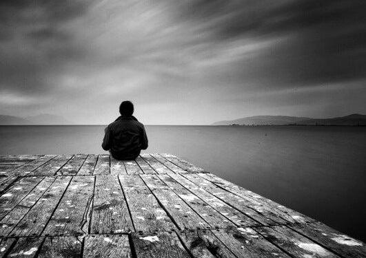 Mand alene på bro oplever social isolation