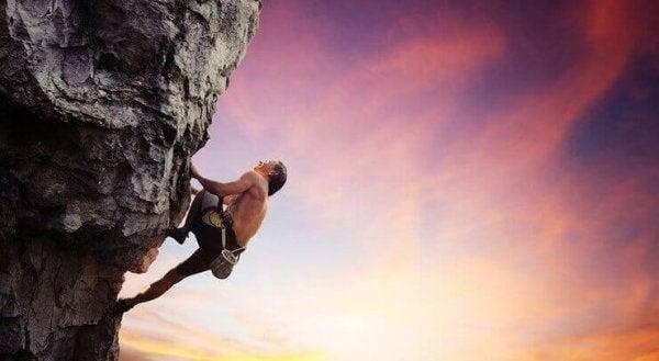 Mand bestiger bjerg ofr at opleve adrenalin