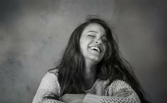 Smilende kvinde er proaktiv