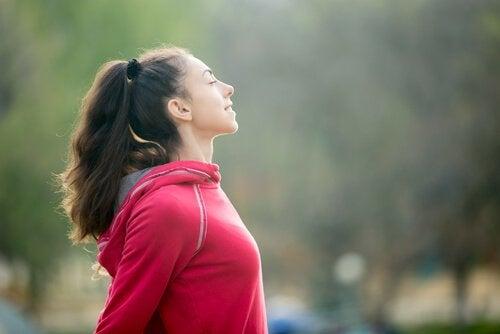 Kvinde slapper af efter fysisk aktivitet
