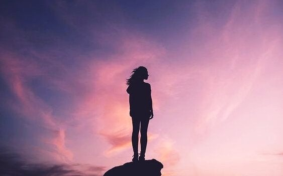 Kvinde har nået toppen af klippe på grund af positiv attitude