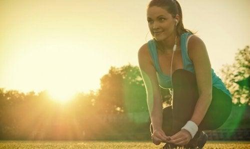 Kvinde nyder fysisk aktivitet