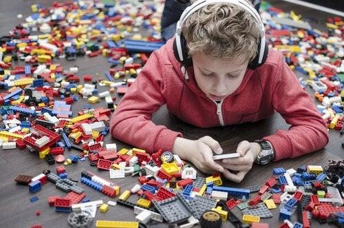 Dreng vælger telefonen frem for lego, da forældre har valgt at give børn en telefon
