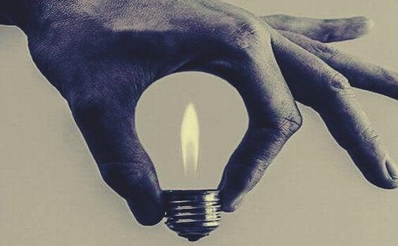 Lys i hånd danner elpære