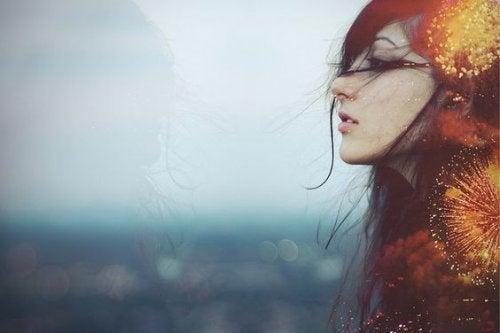 Kvinde med lys i hår