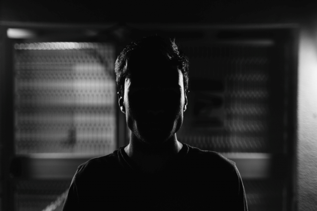 Mand i mørke er plaget af tilbagefald af angst