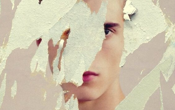 Person med maling foran ansigt er plaget af barndomstraumer