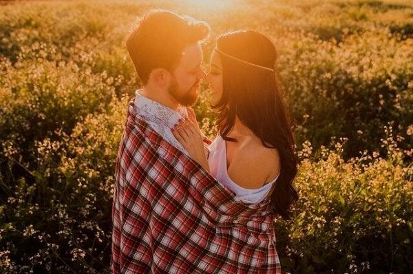 Par på mark anvender omfavnelse som kærlighedssprog