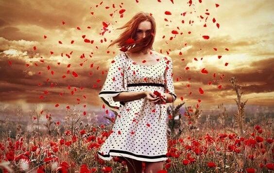Kvinde på mark med røde blomster