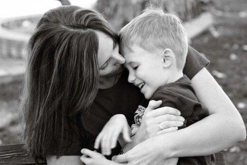 Mor krammer søn og skaber interpersonel synkronicitet