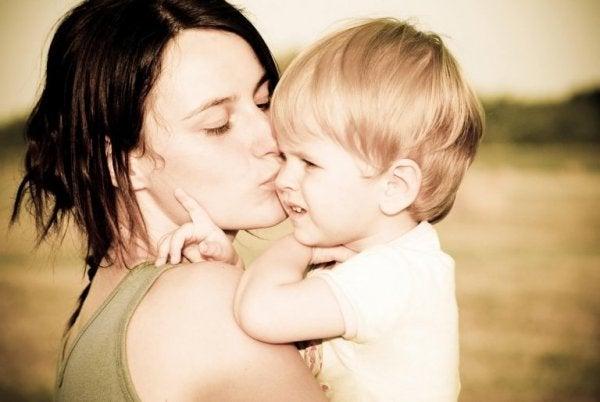 Mor kysser søn, da følelsesmæssig støtte i barndommen er vigtigt