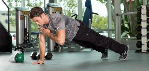 Mand dyrker fysisk aktivitet