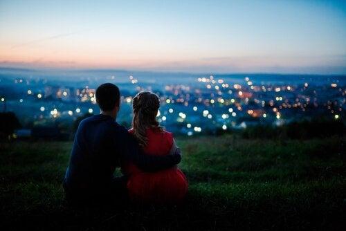 Par kigger på by og symboliserer overdrevet romantik