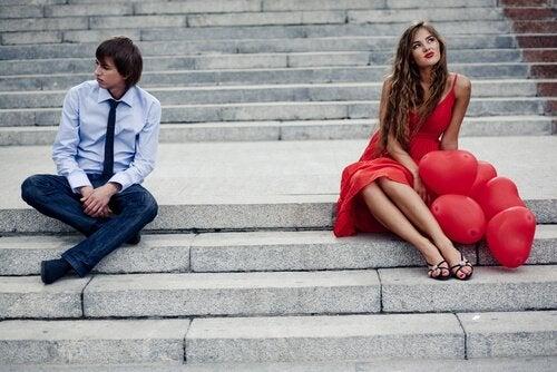 Par på trappe af plaget af jalousi
