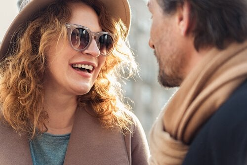 Par griner sammen som resultat af forgabelse