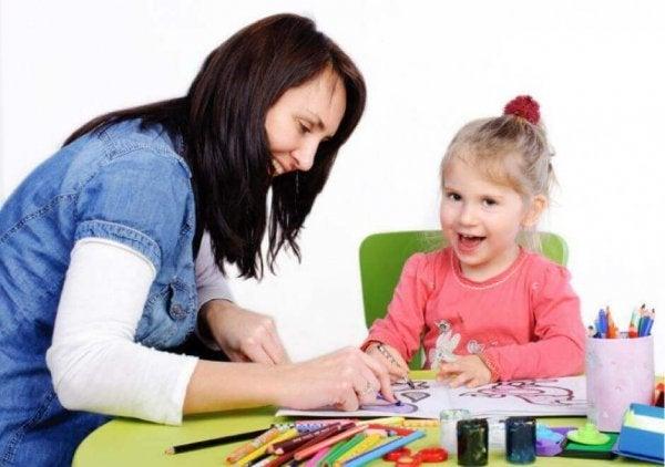 Mor anvender børnepsykologi overfor pige