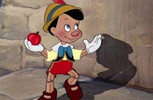 Pinocchio med æble