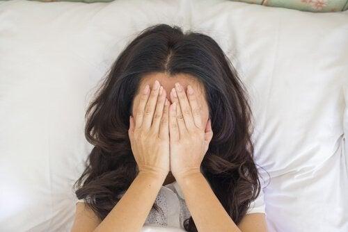 Kvinde med hænder for hoved er frustreret over vaginisme