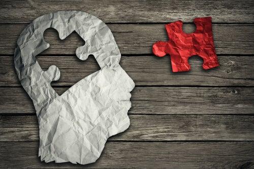 Person med puslespil som hjerne viser behovet for at gå til terapi