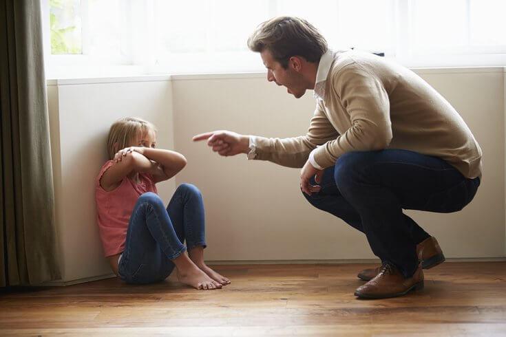Far råber af datter som eksempel på giftige forældre