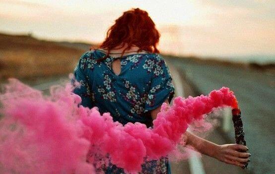 Kvinde går med pink røg