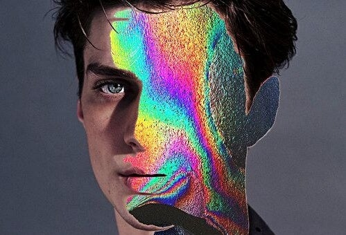 Mands ansigt halvt dækket af regnbue