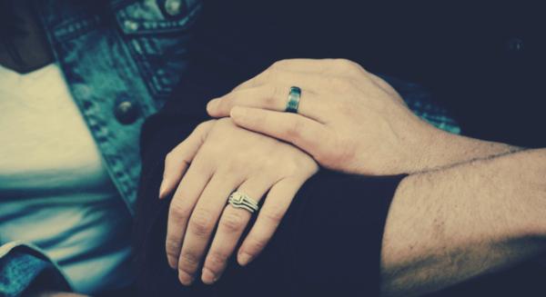 Par med ringe på fingre