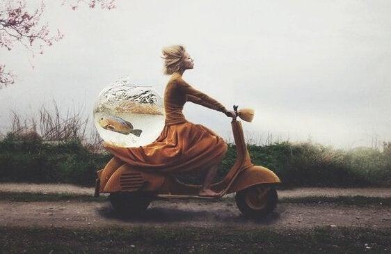 Kvinde med selvtillid på scooter