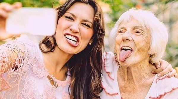 Bedstemor og barnebarn tager billede sammen for at ældes lykkeligt