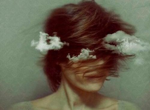 Kvinde med hår og skyer for hovedet symboliserer indre kampe