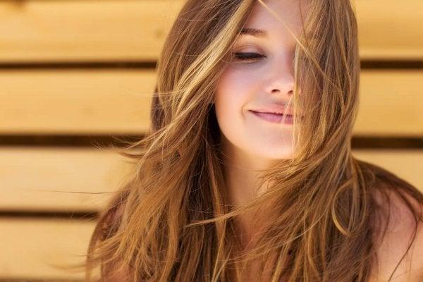 Kvinde smiler og vælger at tænke positivt
