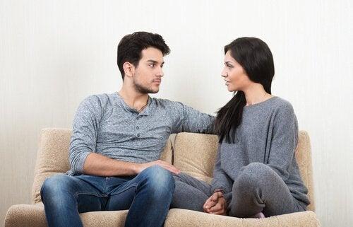 Par i sofa har en af de klassiske akavede samtaler