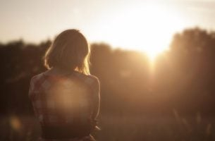 Kvinde foran sol