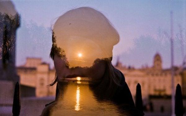 Silhuet foran solnedgang