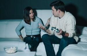 Par skændes over spil, da den ene lider af peter pan syndrom