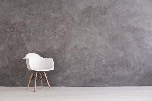 Hvid stol foran grå væg