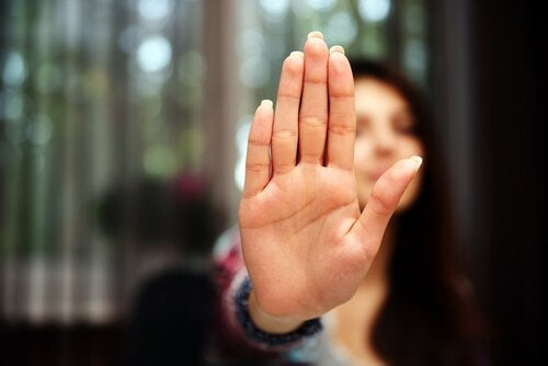 Kvinde med hånden oppe symboliserer intolerante mennesker