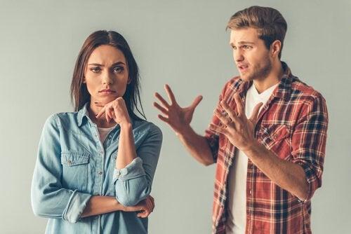 mand illustrerer adfærd for utålmodige mennesker, mens kvinde ignorerer ham