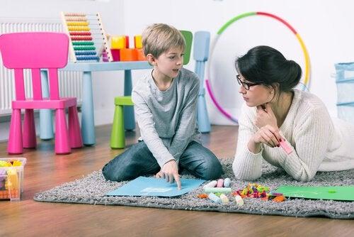 Mor og dreng på tæppe anvender børnepsykologi
