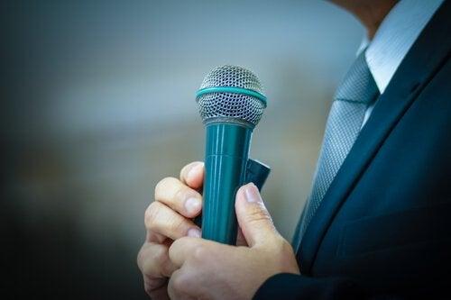 Mand med mikrofon har frygt for at tale offentligt