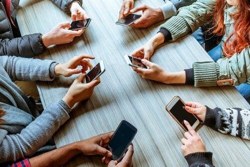 Phubbing: Hvordan telefoner kan ødelægge forhold