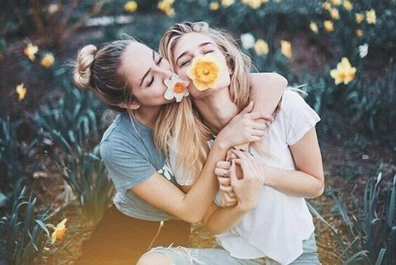 Fjollede veninder nyder fordele ved venlighed