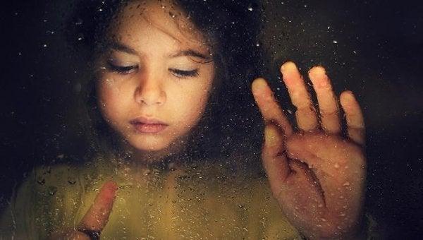 Pige ved vindue mindes forældres død