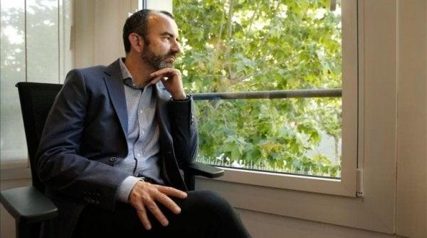 Mand ved vindue lider af fritidsfobi
