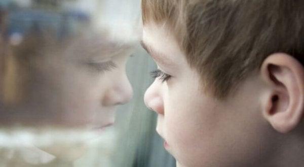 Dreng ser ud af vindue