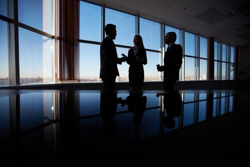 Personer foran vinduer er eksempler på diplomatiske mennesker