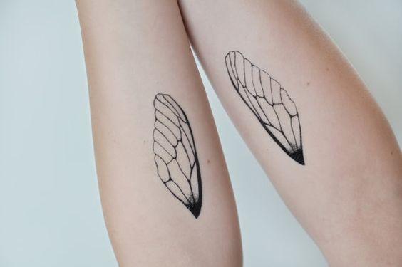 Vinger tattoveret på arm af person, der er fri for følelsesmæssig afhængighed